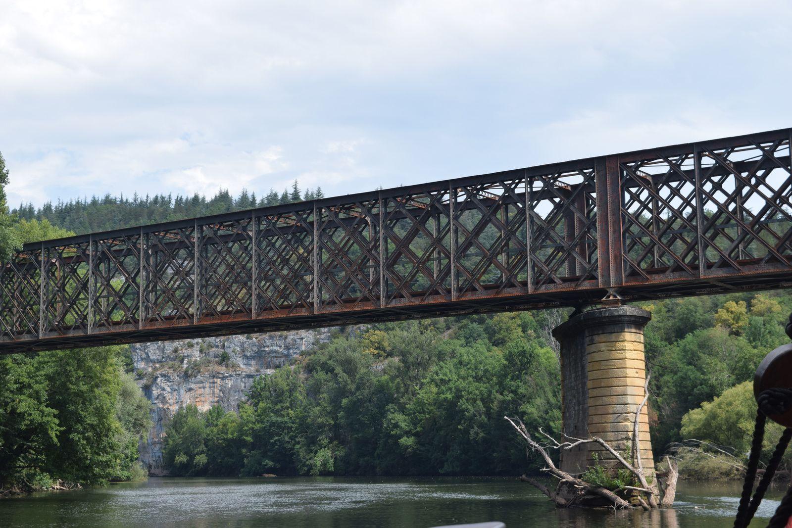 Nous passons sous le pont ferroviaire de Conduché désaffecté construit par Gustave Eiffel et inauguré en 1886. Une construction métallique en treillis d'acier rivetés. Un projet est dans les cartons pour en faire une voie douce, marcheurs cyclistes