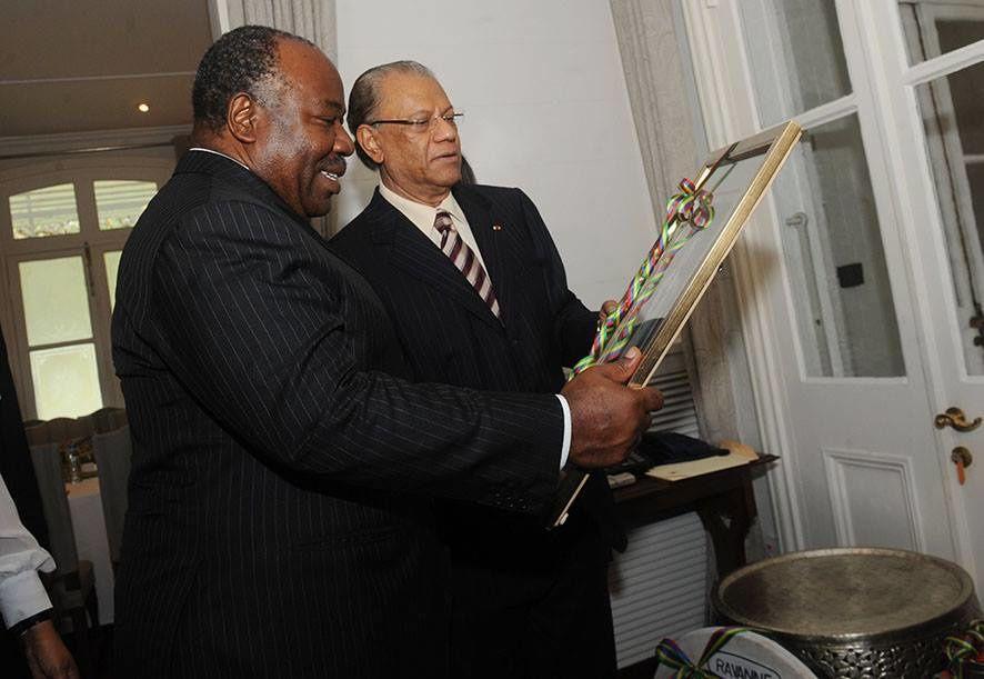 Remise de cadeaux au Président par son homologue mauricien Rajkeswur Purryag
