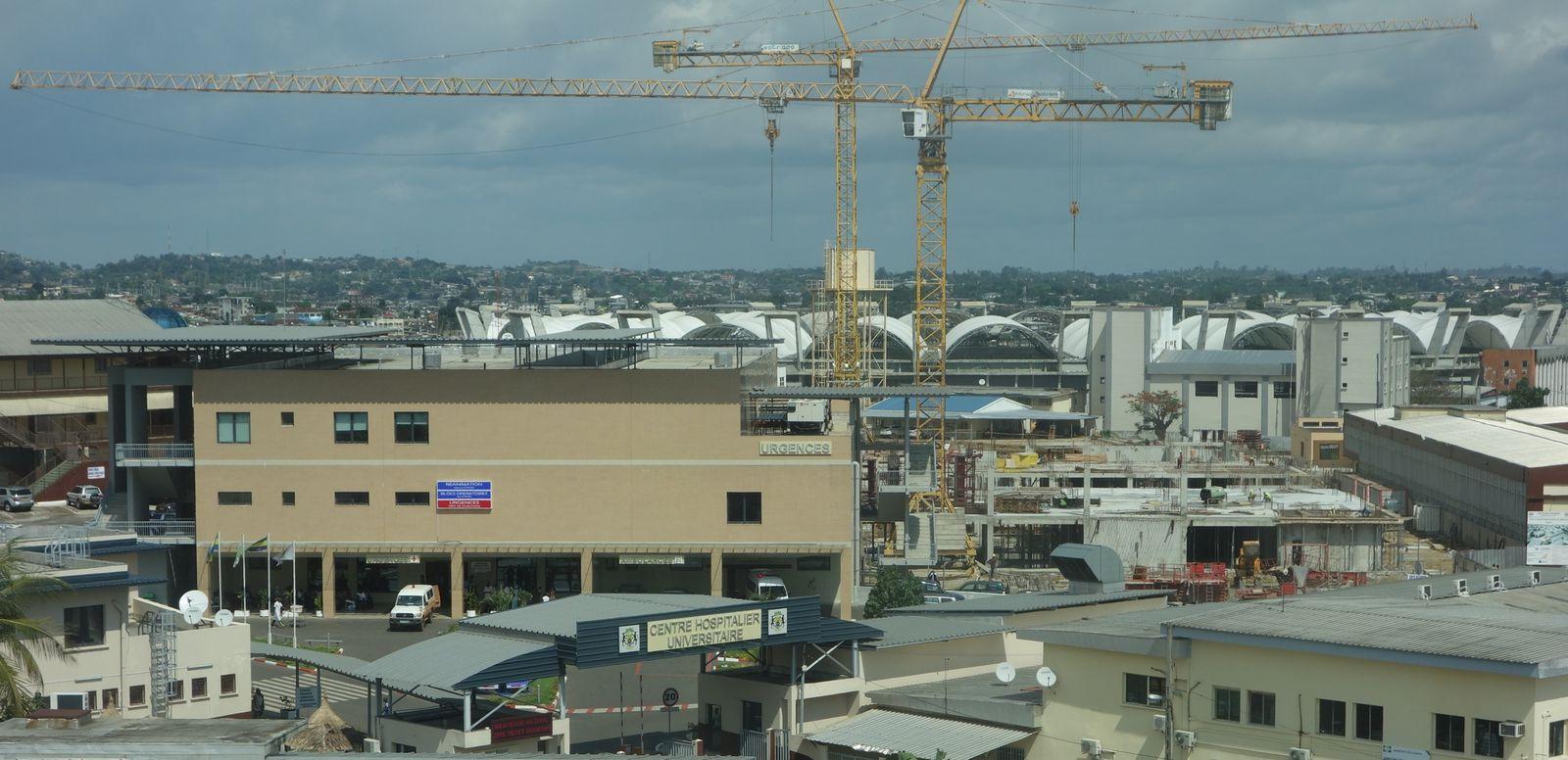 Vue du Super Hôpital de Libreville ( à gauche Phase 1 - Urgences - à droite Phase 2 en construction )