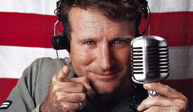 "Robin williams en 1987 dans le film de Barry Levinson ""Good Morning Vietnam""."