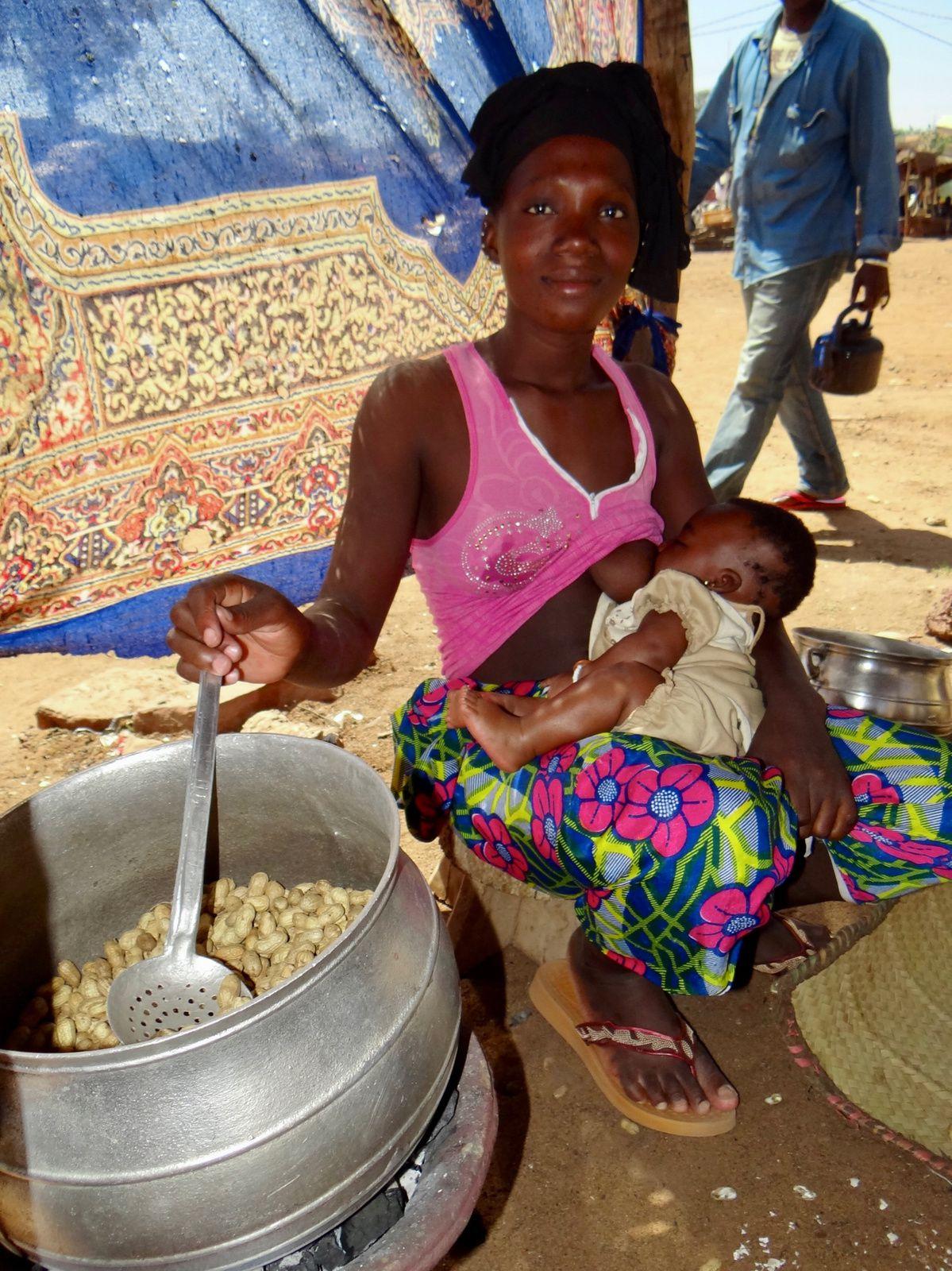 «La grilleuse de cacahuètes» Mali, Koulikoro, 8 novembre 2013.