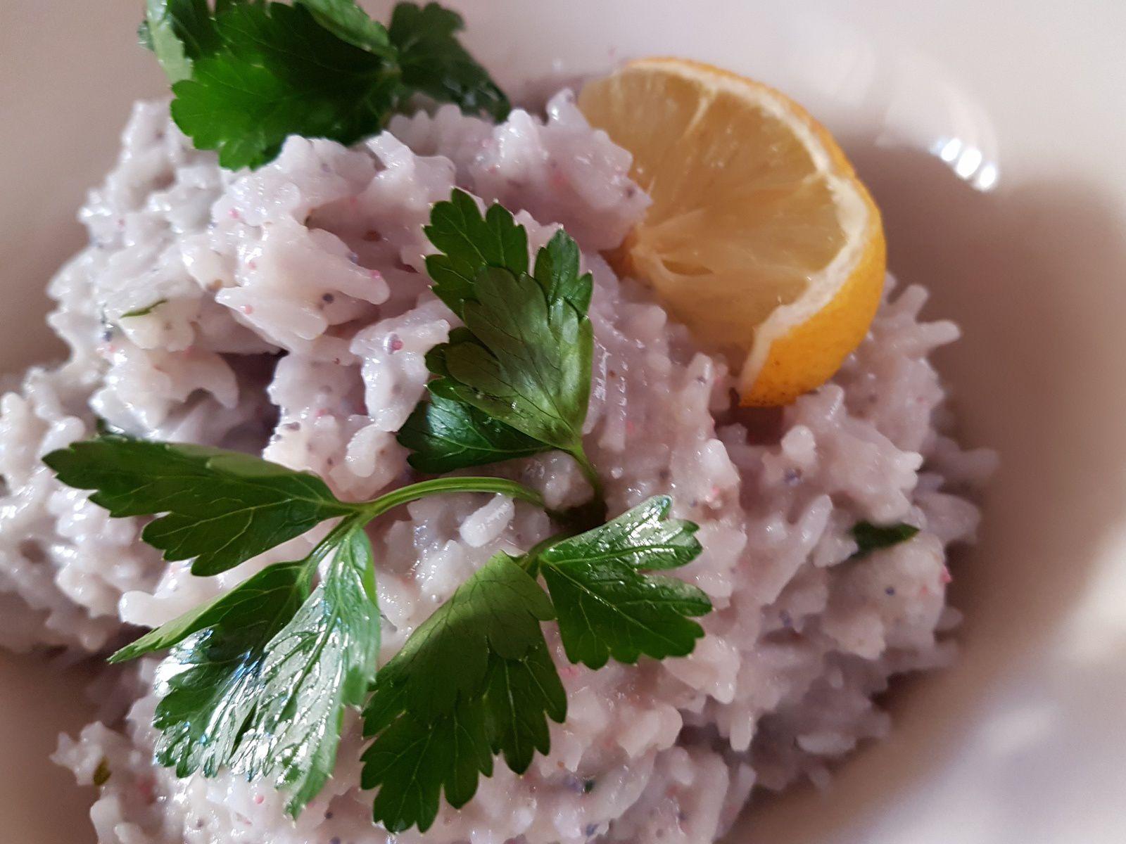 Risotto al caviale con panna vegetale guarnire con caviale, prezzemolo e mezza fetta limone