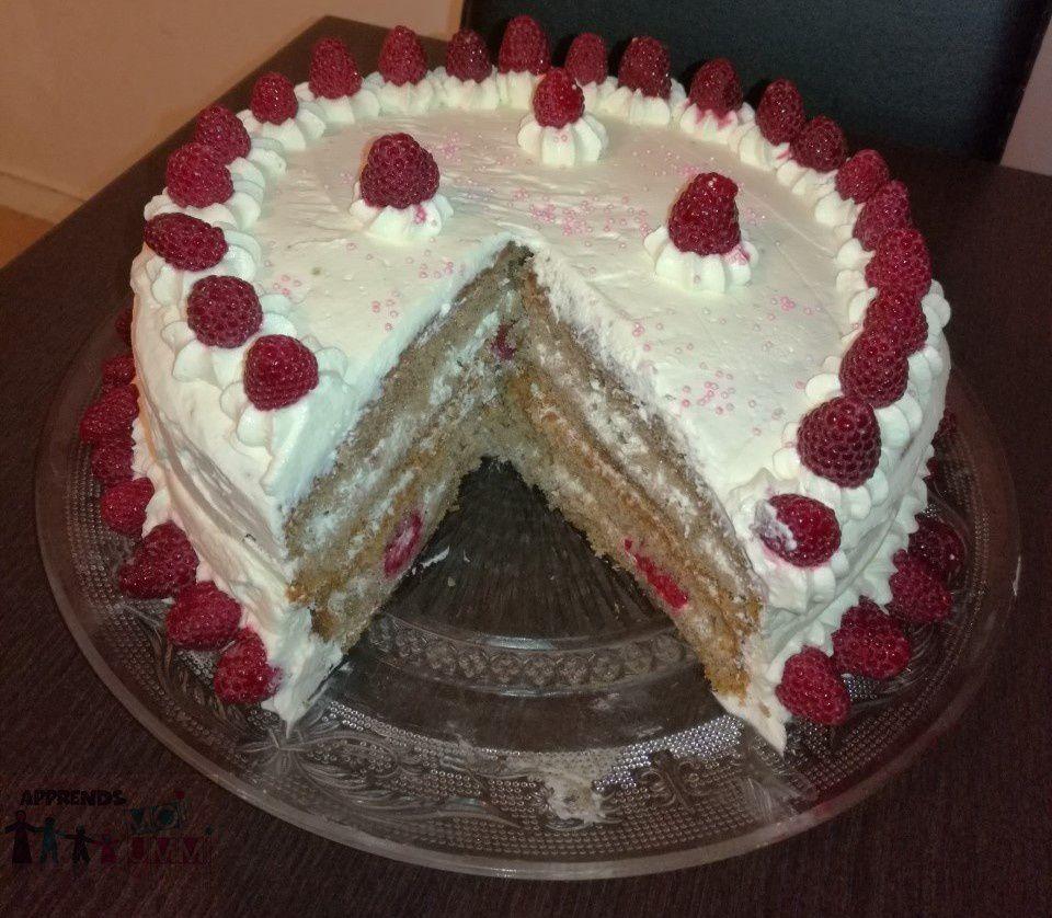 Layer Cake frambo / vanille : génoise chocolat, ganache chantilly vanillée, décoration framboises
