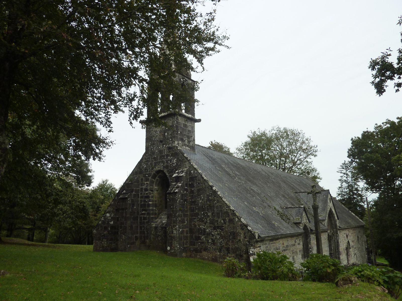 Au bord du chemin, la chapelle de la fontaine blanche