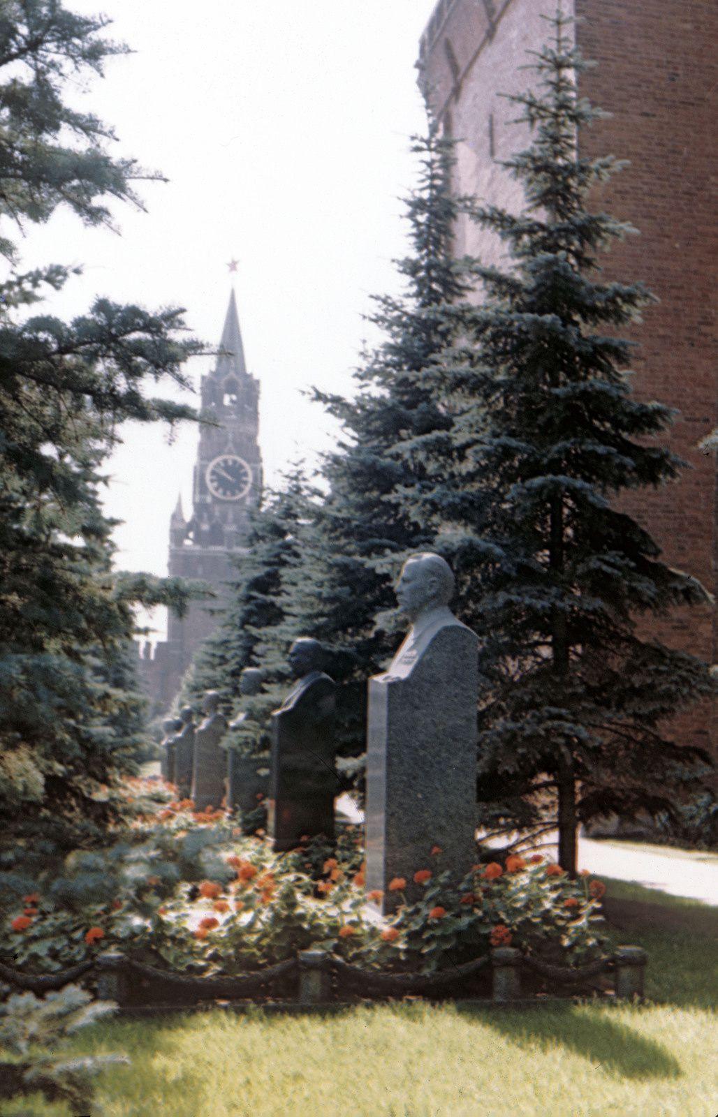 La visite du mausolée faisait partie des visites obligatoires alors se terminant par le passage devant les bustes des grands hommes à l'arrière du Mausolée.