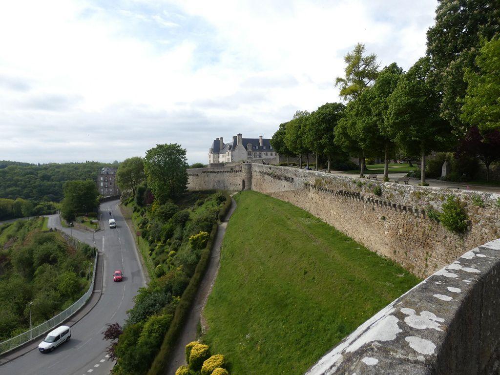 Point d'orgue de cette visite : Depuis le jardin anglais, s'ouvre le panorama sur le port de Dinan en contrebas, les remparts et la vallée de la Rance