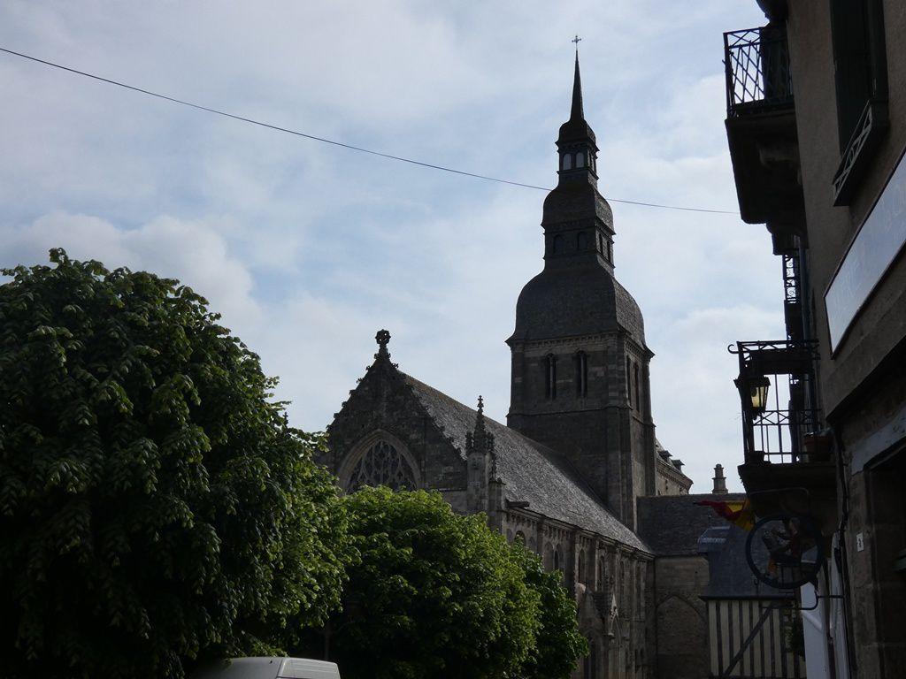 Tourner autour de la  basilique St Sauveur, ne pas négliger d'y entrer, pour ressentir la magie du lieu