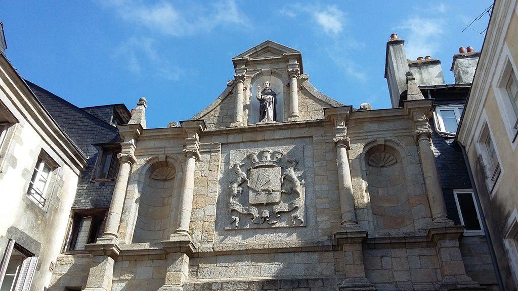 La porte St Vincent qui donne accès aux premiers étals du marché