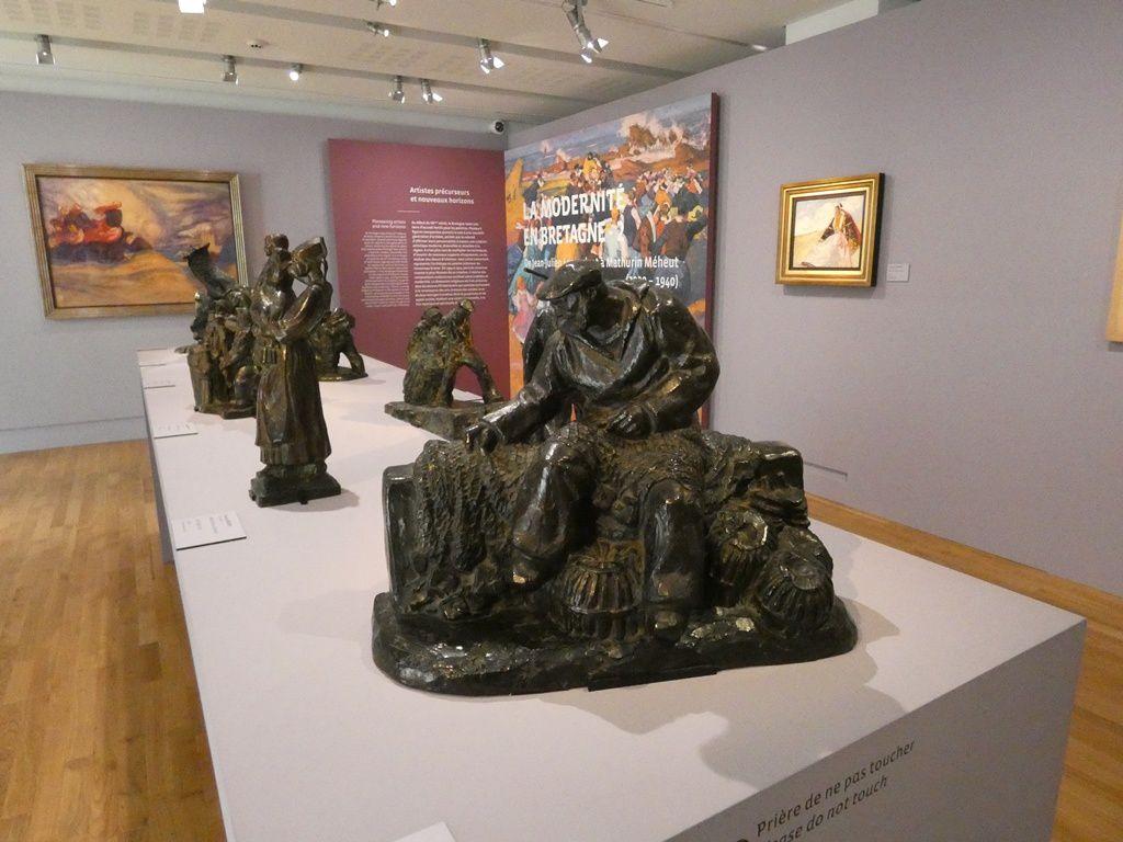 Une série de petits bronzes de François Méheut, sans lien de famille avec le peintre.