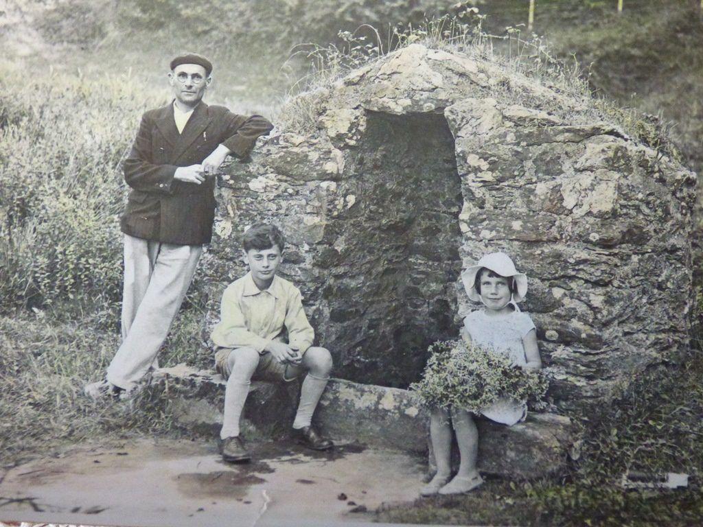 Mon grand-père avec ses enfants, Jean et Huguette. Cette photo est légèrement colorisée....l'un des procédés maîtrisés par ce photographe amateur.