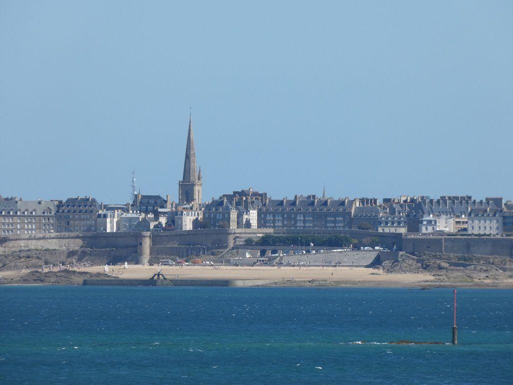 Admirer la vue sur St Malo depuis la terrasse à St Enogat