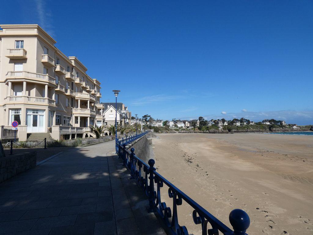Plage et promenade désertes à Saint Lunaire
