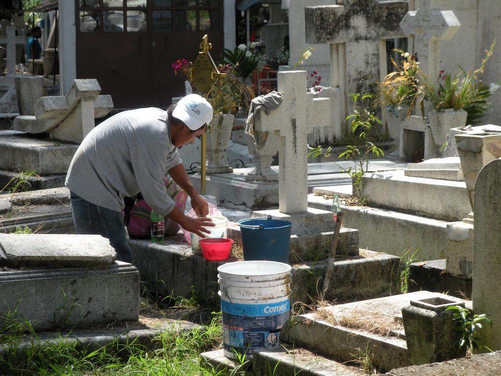 Le méticuleux nettoyage des tombes