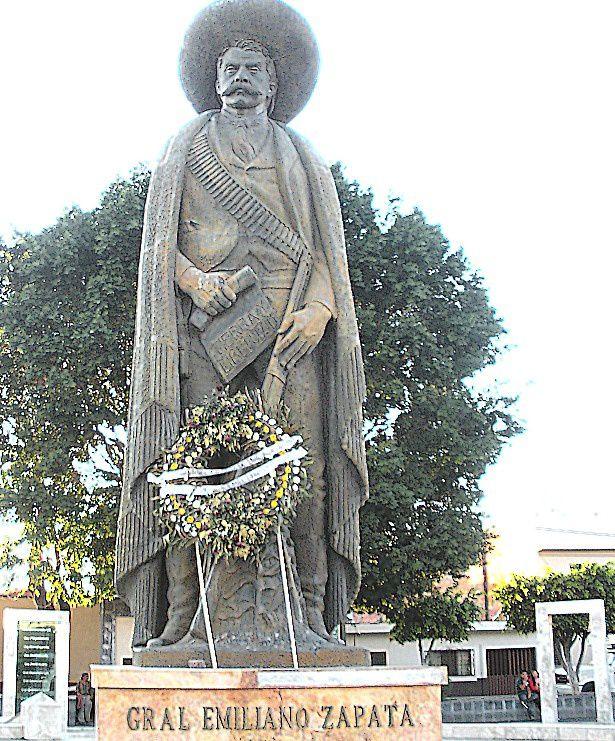 Une statue monumentale de Zapata (récemment fleurie)