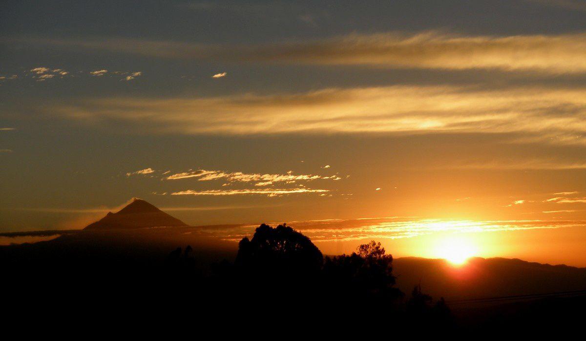 En fait, quand le soleil apparaît derrière la montagne, il est déjà levé au niveau de la mer, c'est pourquoi sa lumière retardée est soudain si éblouissante