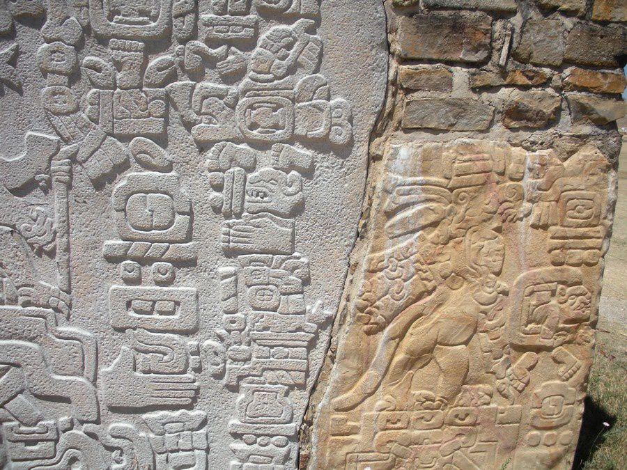 """Parmi les passionnante gravures sur pierre, les """"danzantes"""""""
