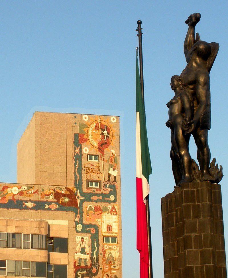 Sur la façade du secrétariat des Communications et Transports, à Mexico, une vaste fresque met en évidence la notion d'Indépendance.