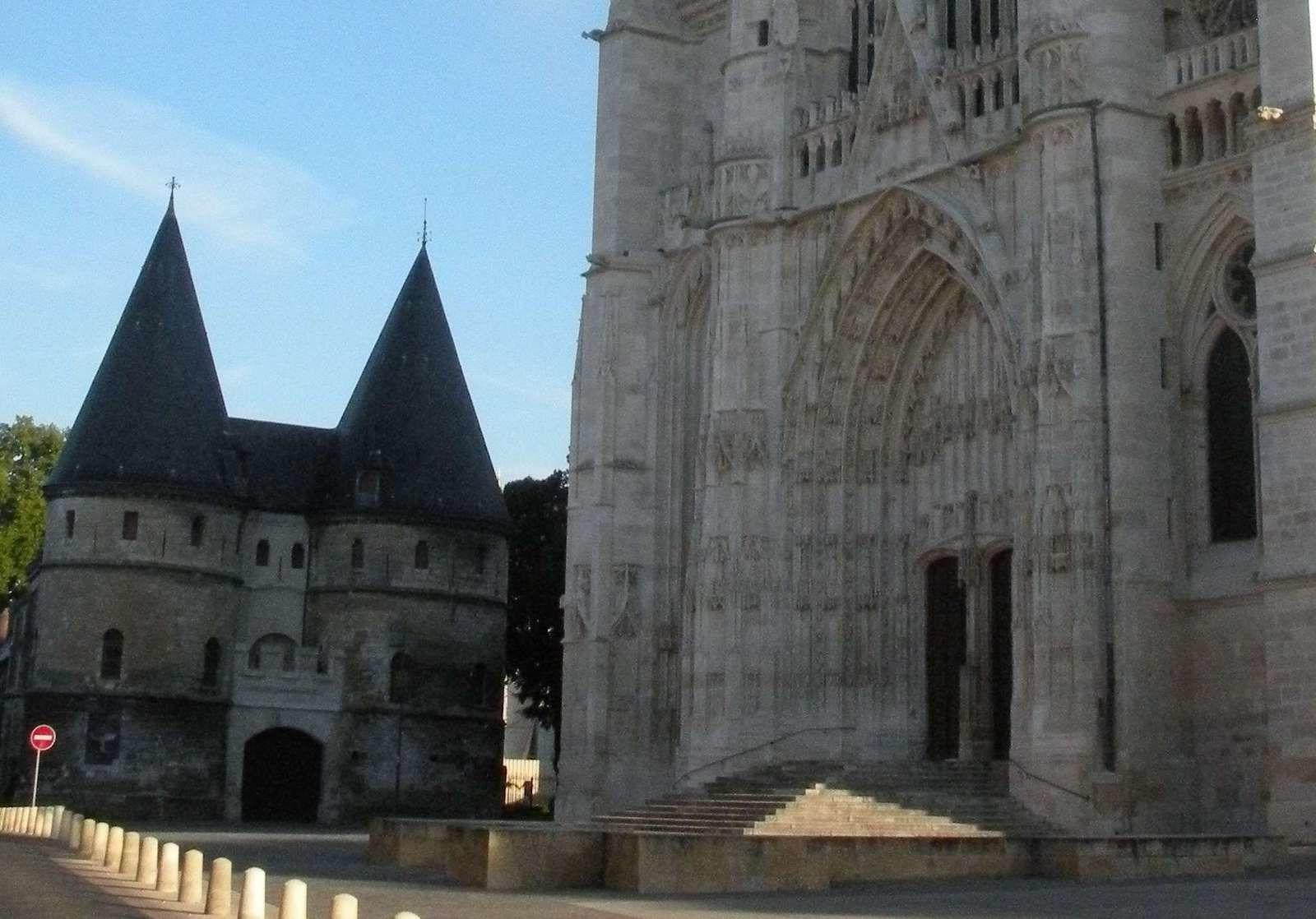 La cathédrale et les tours du palais de l'évêque-comte