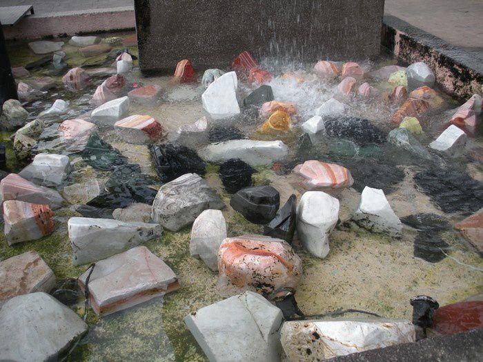 Le monument aux pierres précieuses est aussi une fontaine