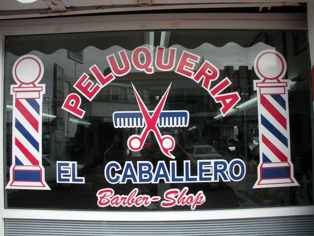 Sur la vitrine sont représentées les fameuses enseignes, dites aussi poteaux de barbier, qui sont mondialement connues.  Comme les barbiers, dans l'ancien temps, pratiquaient des saignées ou arrachaient les dents, l'enseigne représentait le bâton que le patient serrait pour faire saillir ses veines, d'après Wikipédia dont la lecture universelle... ne me rase jamais ! Il pouvait aussi s'agir de l'éclisse utilisée par les barbiers chirurgiens.