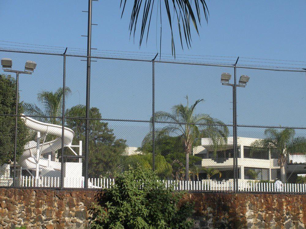 Les résidences de standing bien protégées par un haut mur surmonté de hauts grillages.