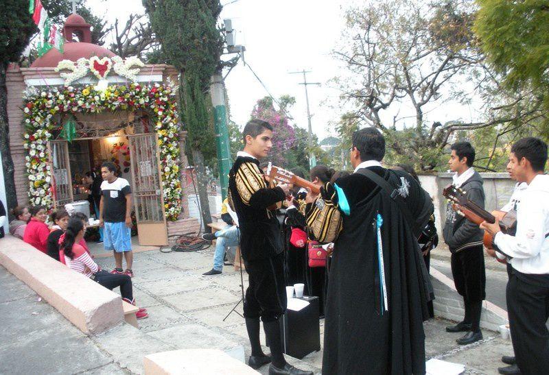 Près de San Anton, fleurs, musique et café au chaud.