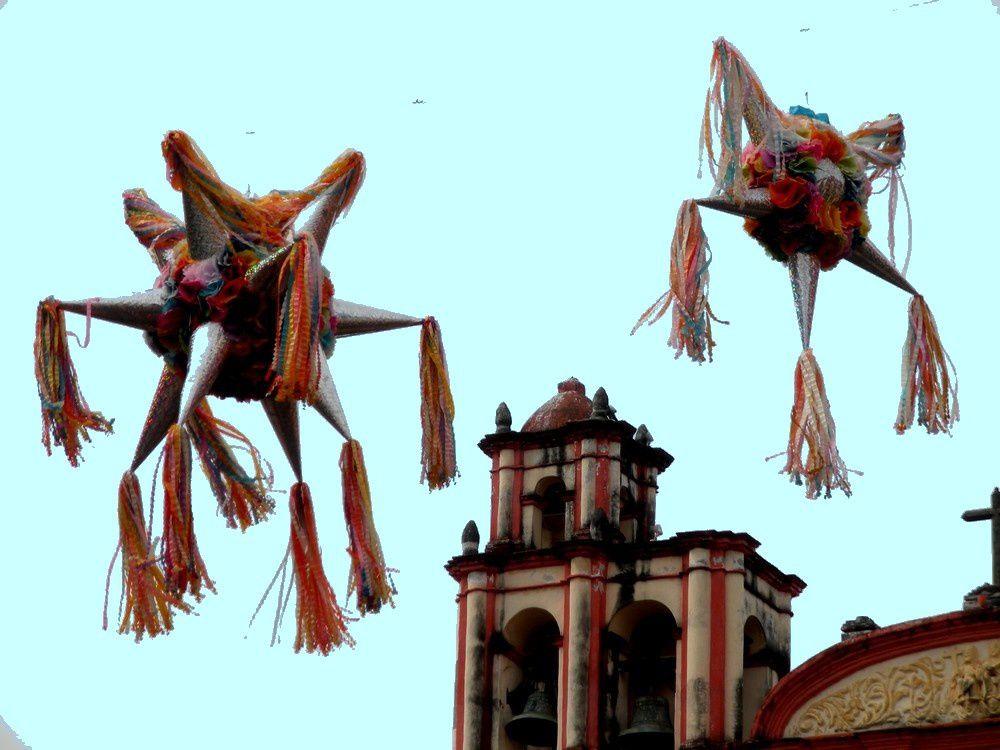 Piñatas, arbres de Noël et bougainvilliers ornent le centre de la cité.