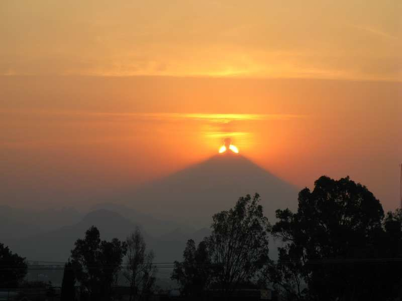 ECLIPSE :Le Popo me réserve une surprise : il coupe le Soleil en deux