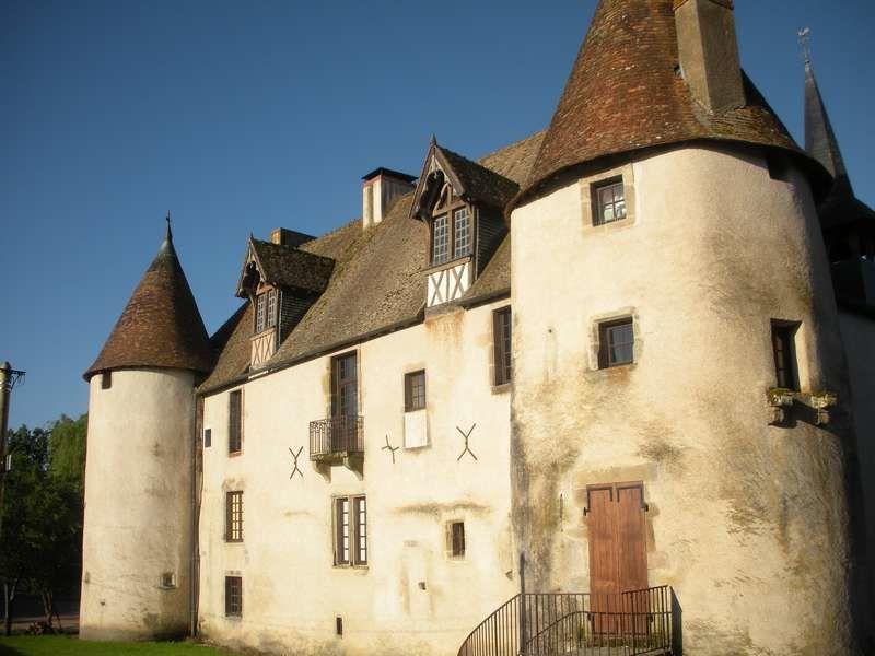 En haut, le château de Jeanne de Chantal ; en bas, à travers le village, église et maisons patrimoniales