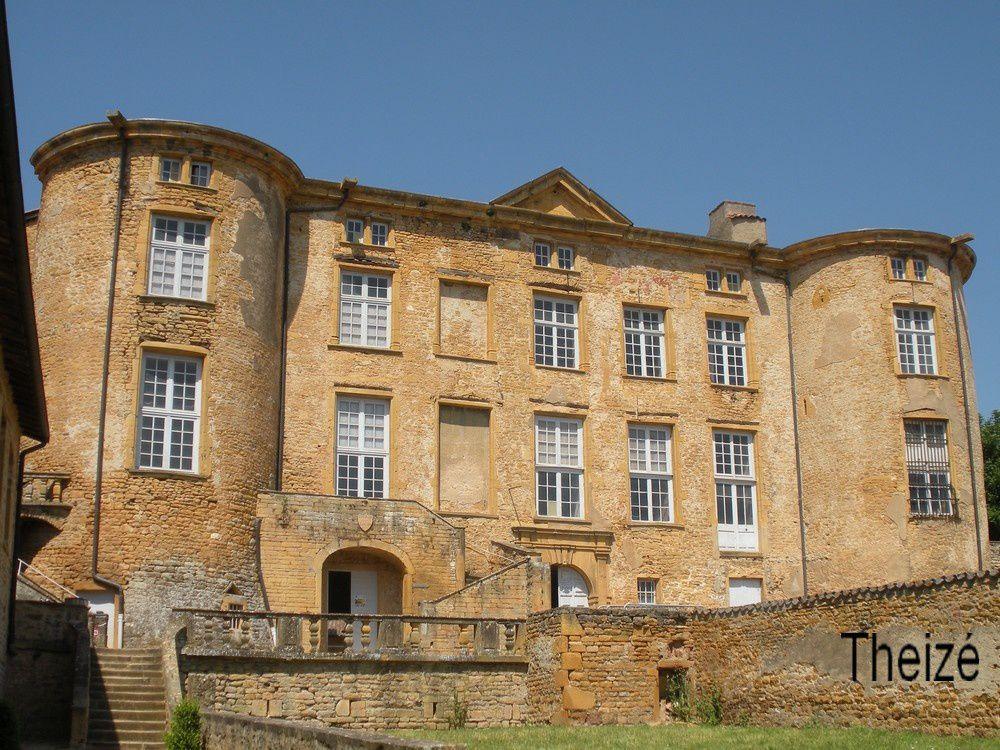 Précieux villages du Beaujolais, aux pierres dorées comme ses vins blancs