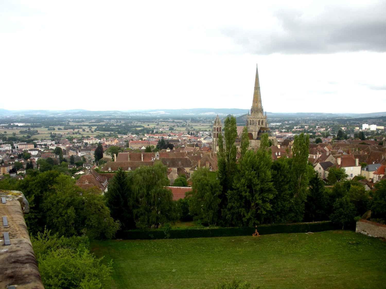 De la tour des Ursulines, quel panorama sur Autun et le château de Petit Montjeu !