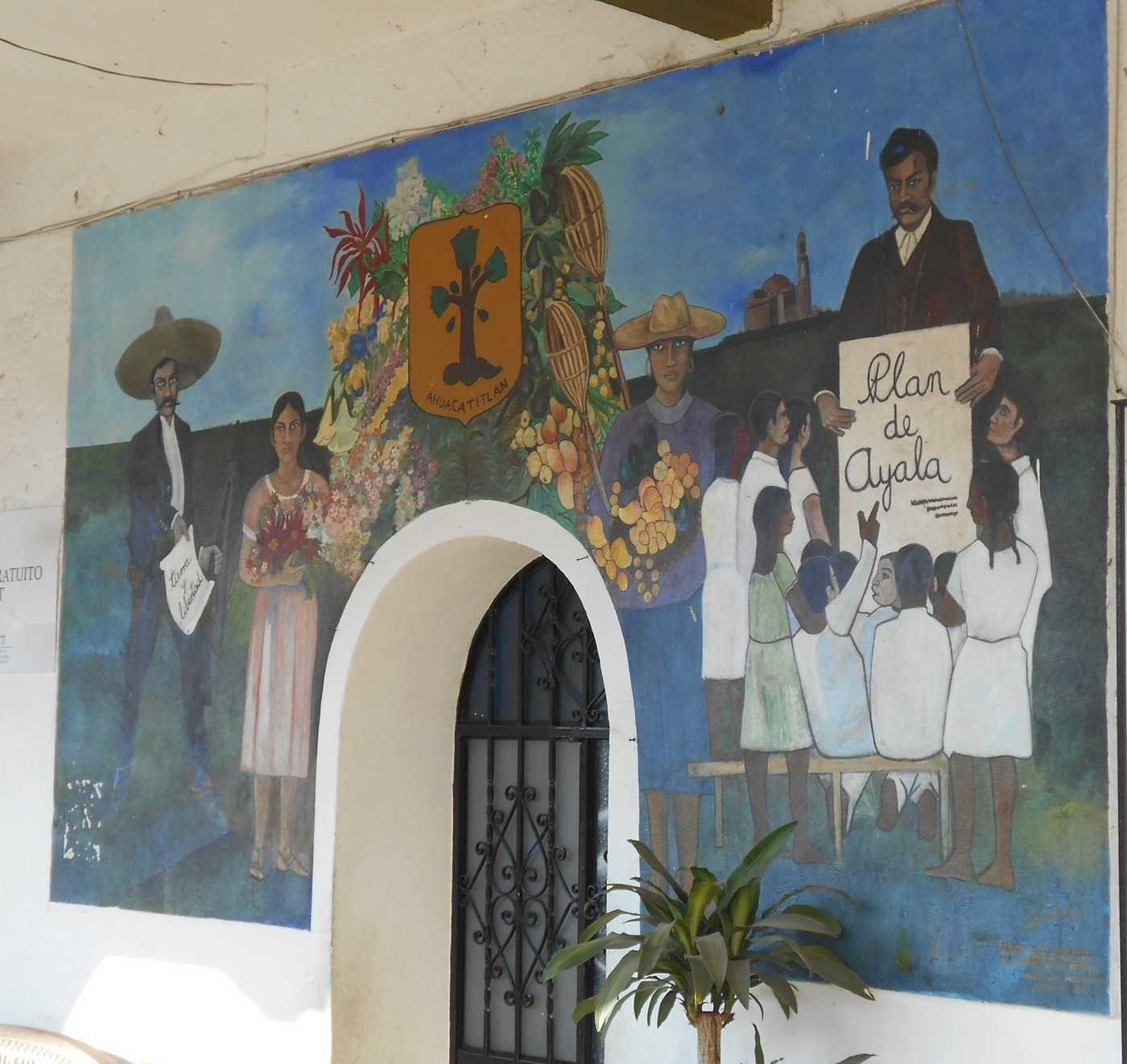 Le bâtiment municipal, ses arcades et sa peinture murale