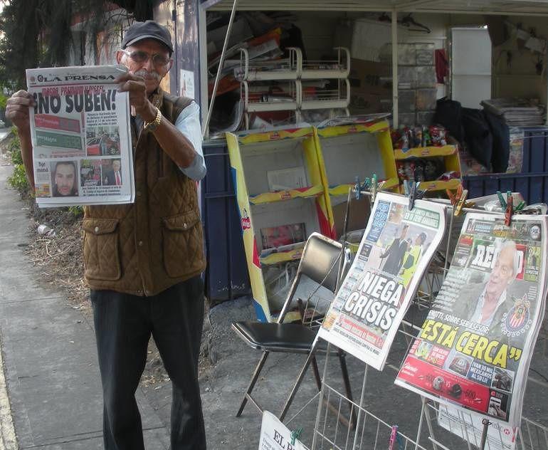 Dans la glorieta, le kiosque à journaux de Mario
