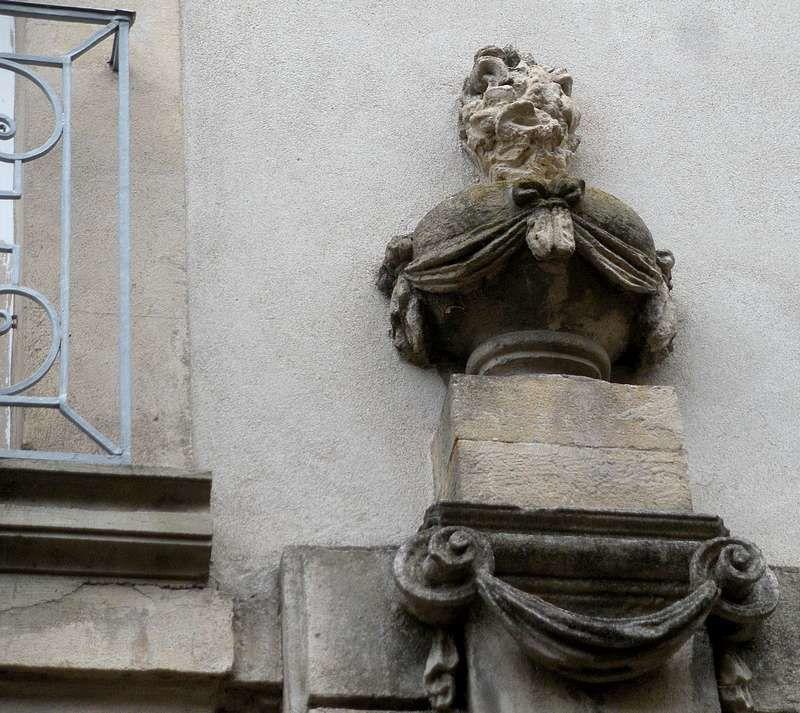 Haute ville d'Autun : une foule de détails patrimoniaux lors d'une balade nez en l'air