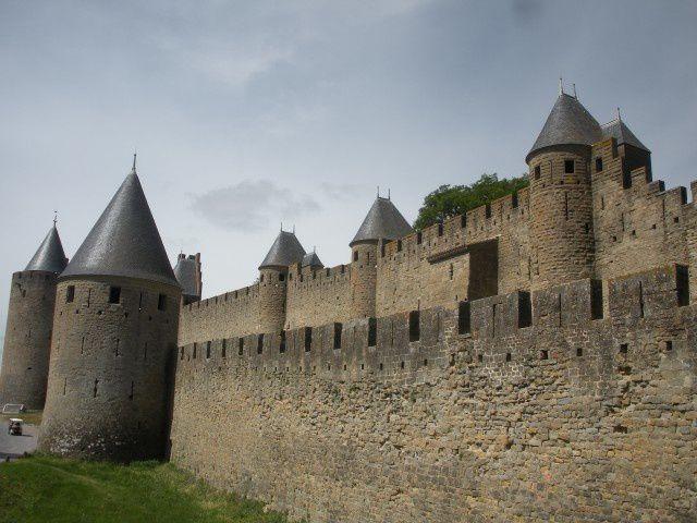 Joyaux fabuleux de l'architecture médiévale : la cité de Carcassonne en sa double enceinte fortifiée