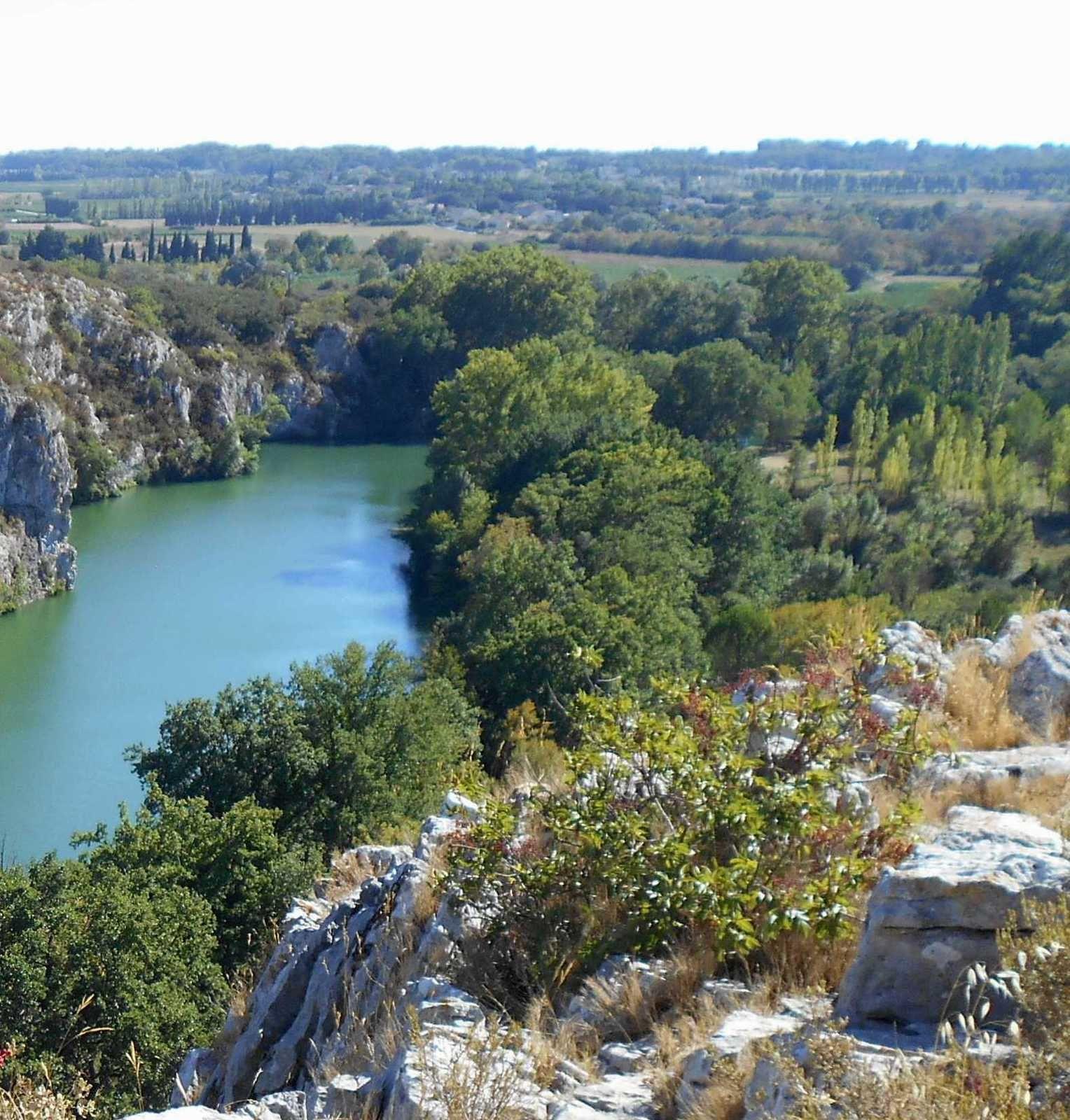 Au dessus du profond fleuve  Vidourle, panorama et rochers d'escalade