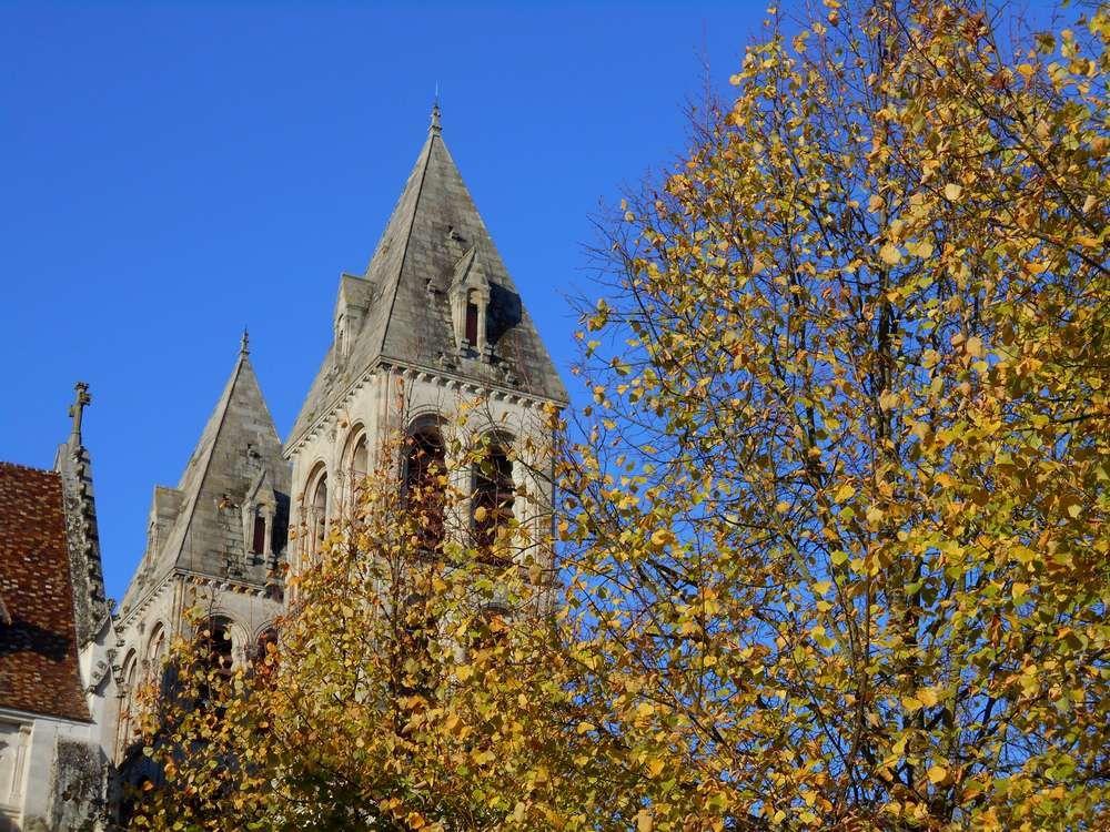 L'automne éclaire la vieille cathédrale d'Autun
