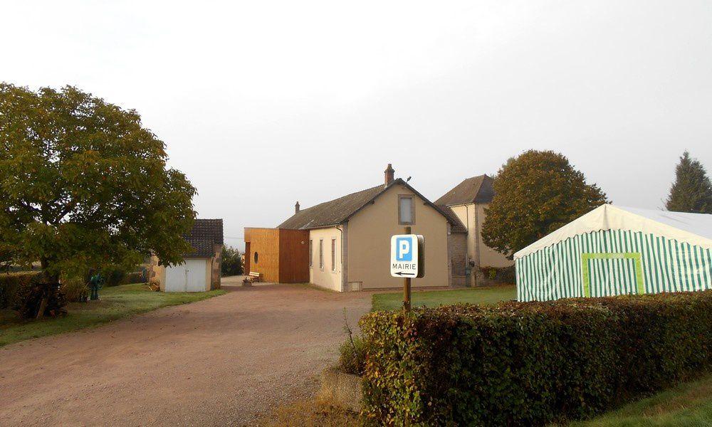 Brion: pour être située au milieu du village, la mairie-salle des fêtes a été établie en pleins champs