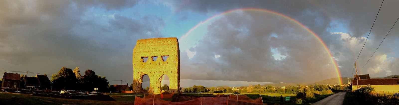 Un magnifique arc-en-ciel sur le temple de Janus à Autun