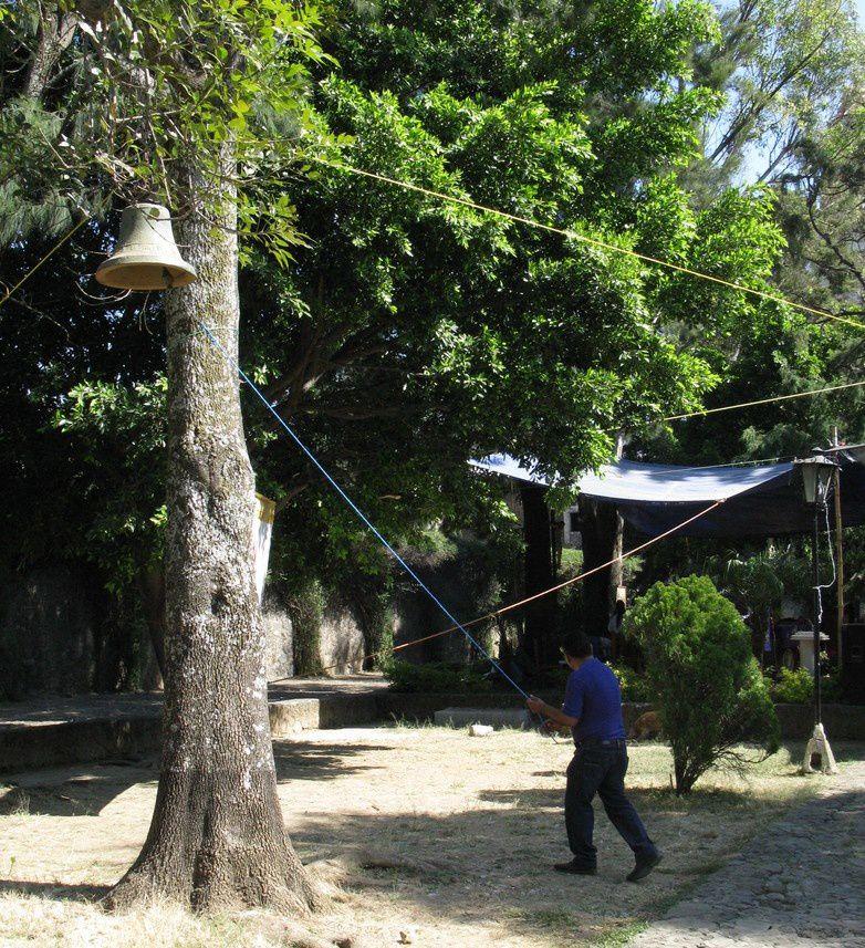 Après le séisme, un arbre sert de clocher au couvent de Tepoztlan!