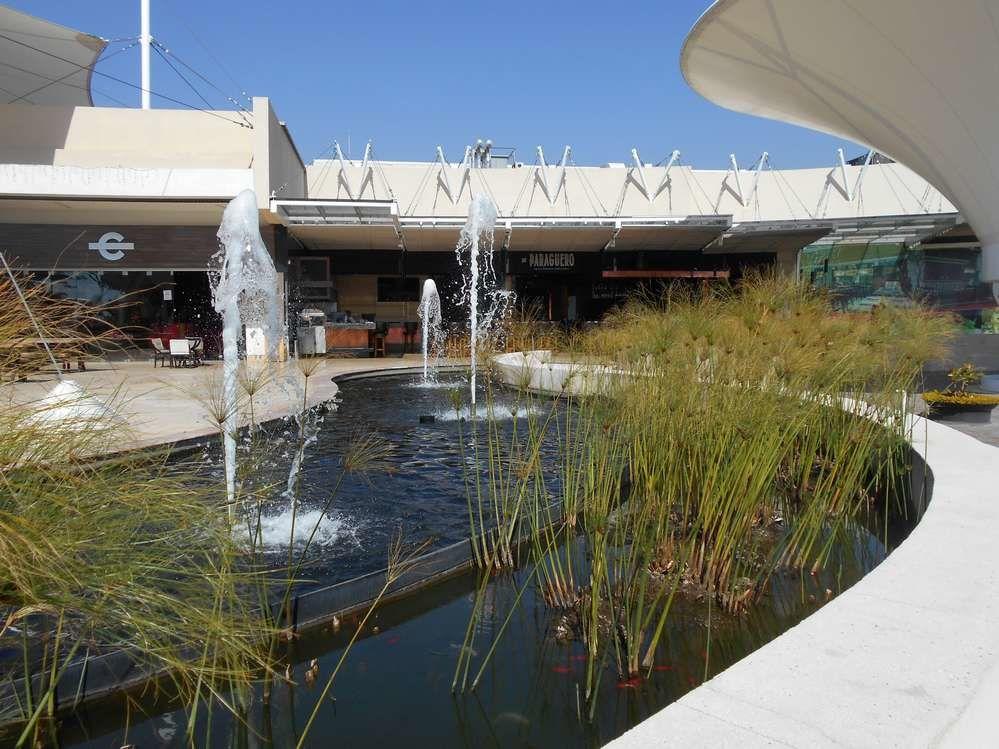 Bugambilia: sous les bougainvilliers, un centre commercial moderne