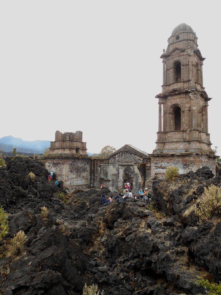 Une église dans les vagues  de lave du Paricutin