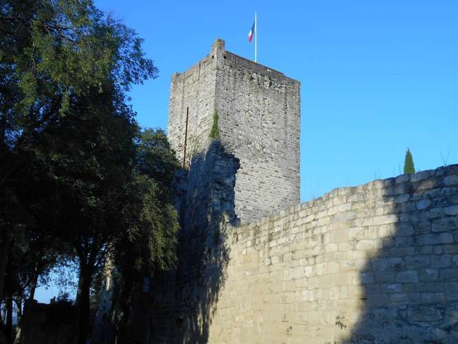 Un fort donjon dominant le capricieux Vidourle, Sommières