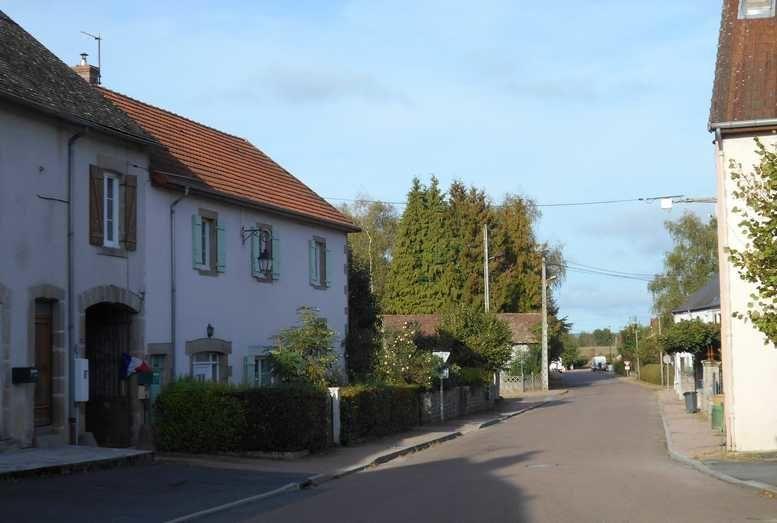 Dans l'ordre, jolie maison, mairie, campenard de l'église, rue des Ponts, bar-tabacs, église, prieuré, ponts de Mme de Sévigné