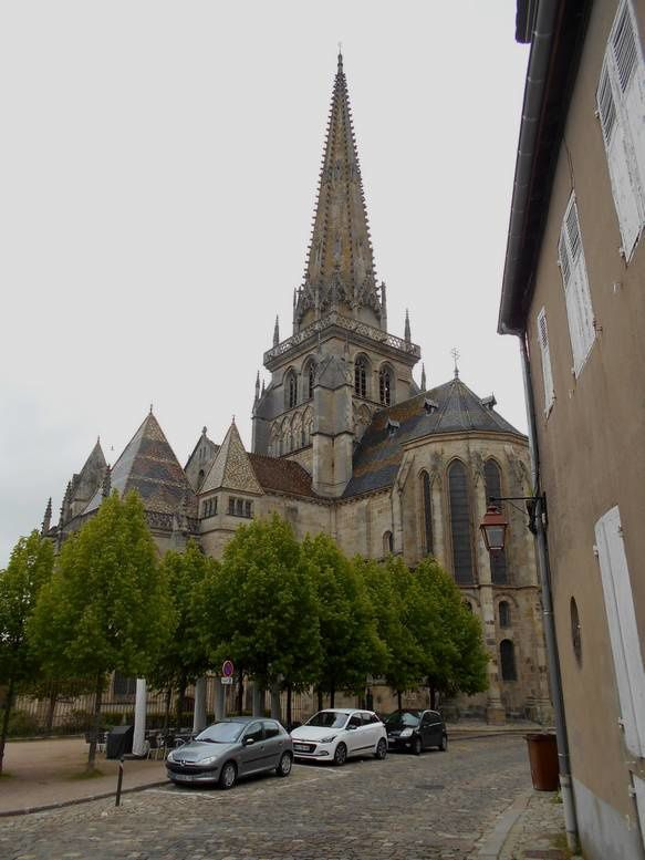 Plus modestement que N.D. de Paris, la cathédrale d'Autun en restauration: la nef est rouverte !