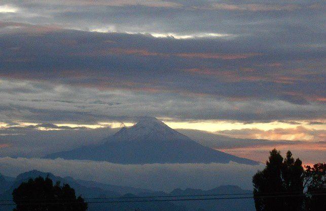 Le Popocatepetl à travers les nuages
