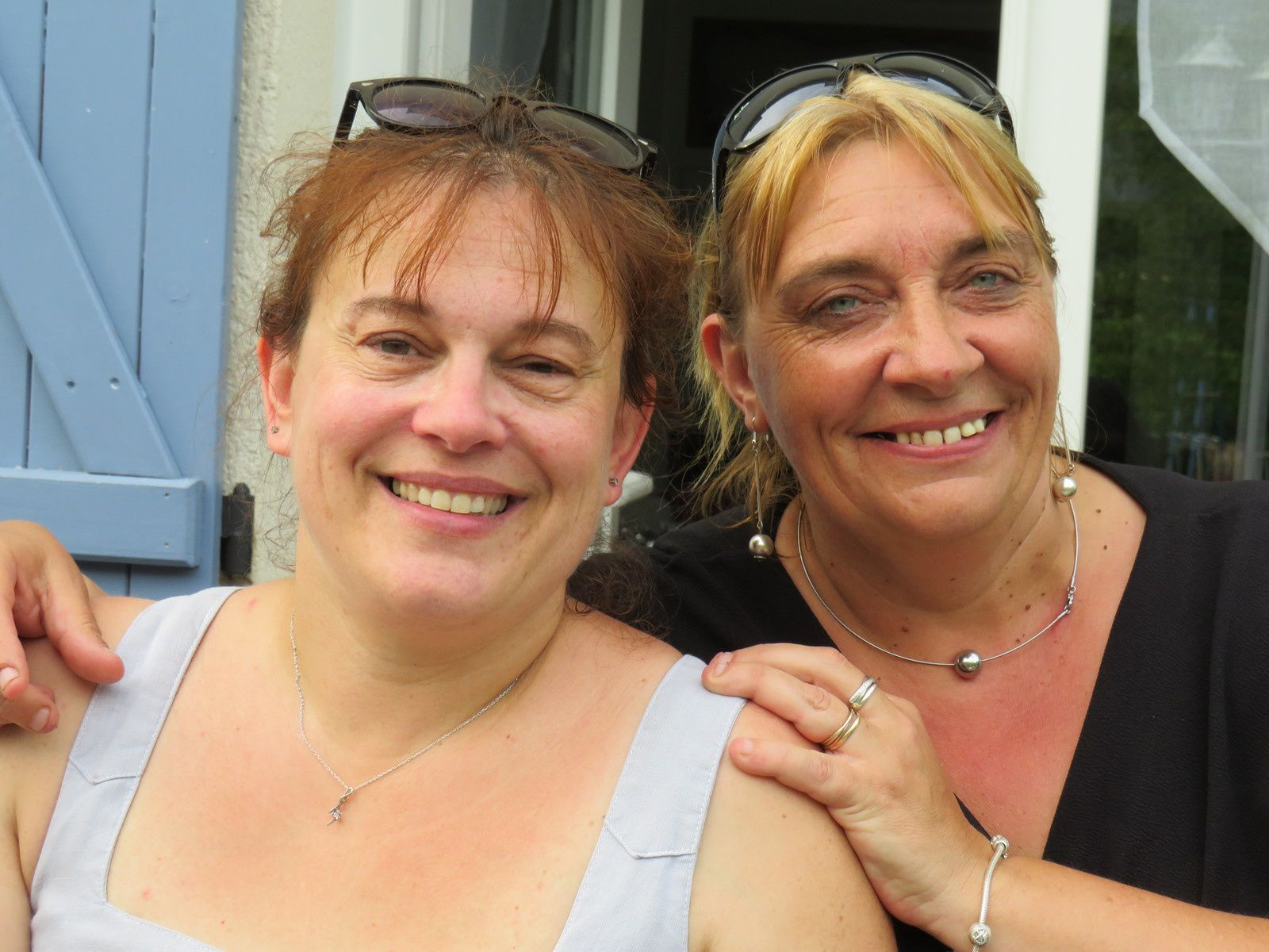 avec ma Valou, mon amie d'enfance depuis 39 ans...malgré la distance (elle habite Toulouse) notre complicité est toujours là....je t'aime ma Valou