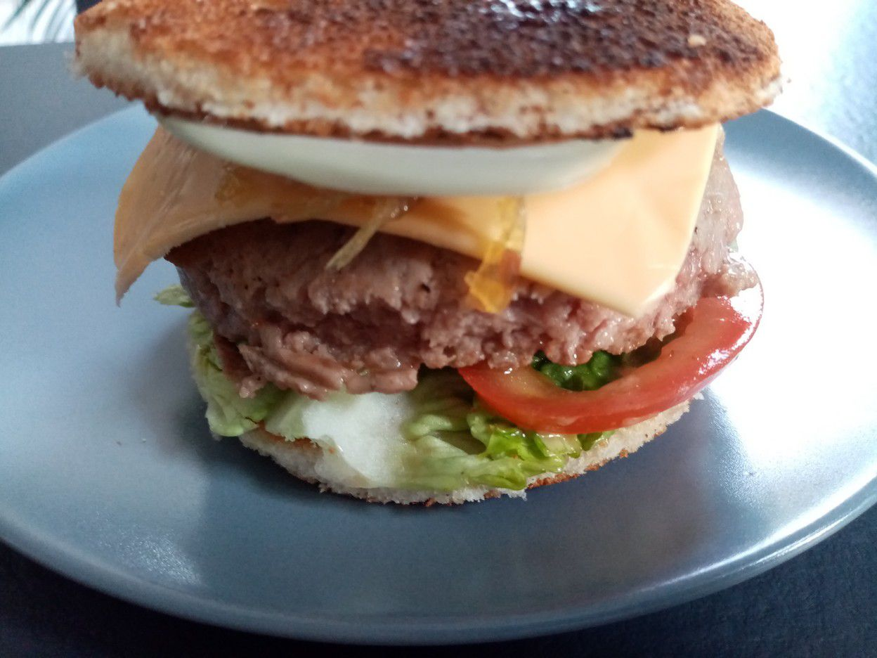 Burger de bœuf, oignons caramélisés et sauce cocktail de Cyril Lignac dans tous en cuisine