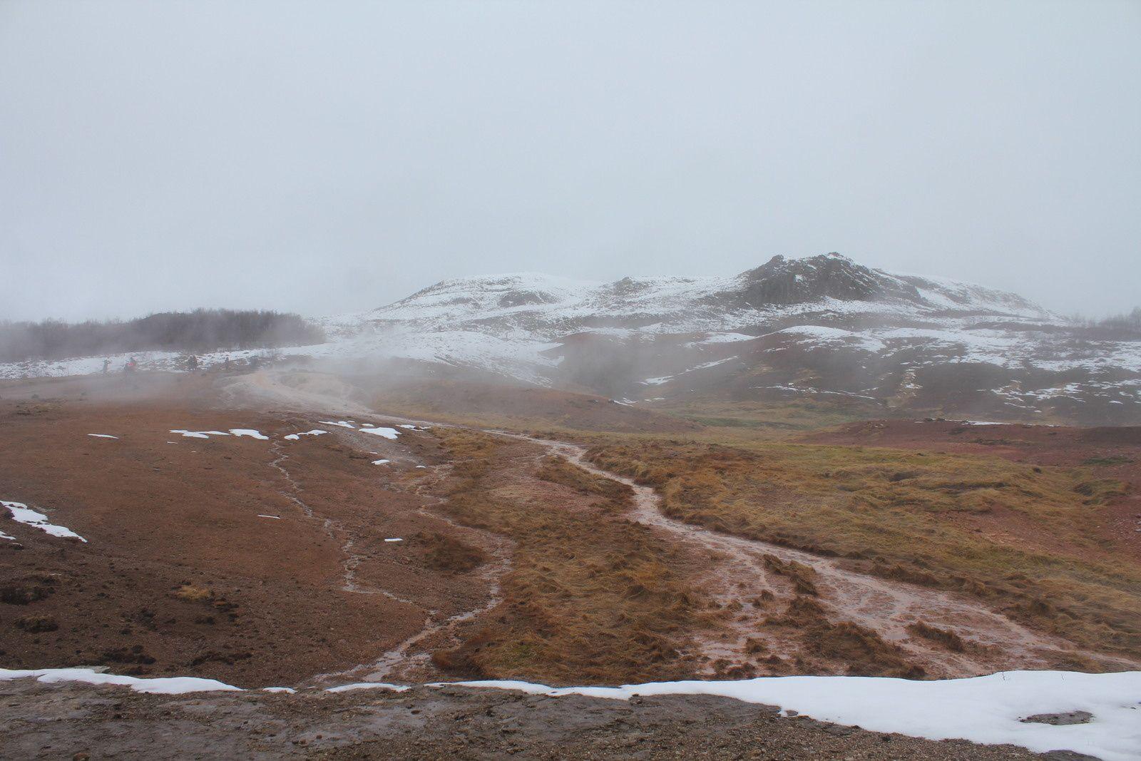 Ambiance un peu surréelle avec des vapeurs et des bouillonnements d'eau quand on arrive à Geysir