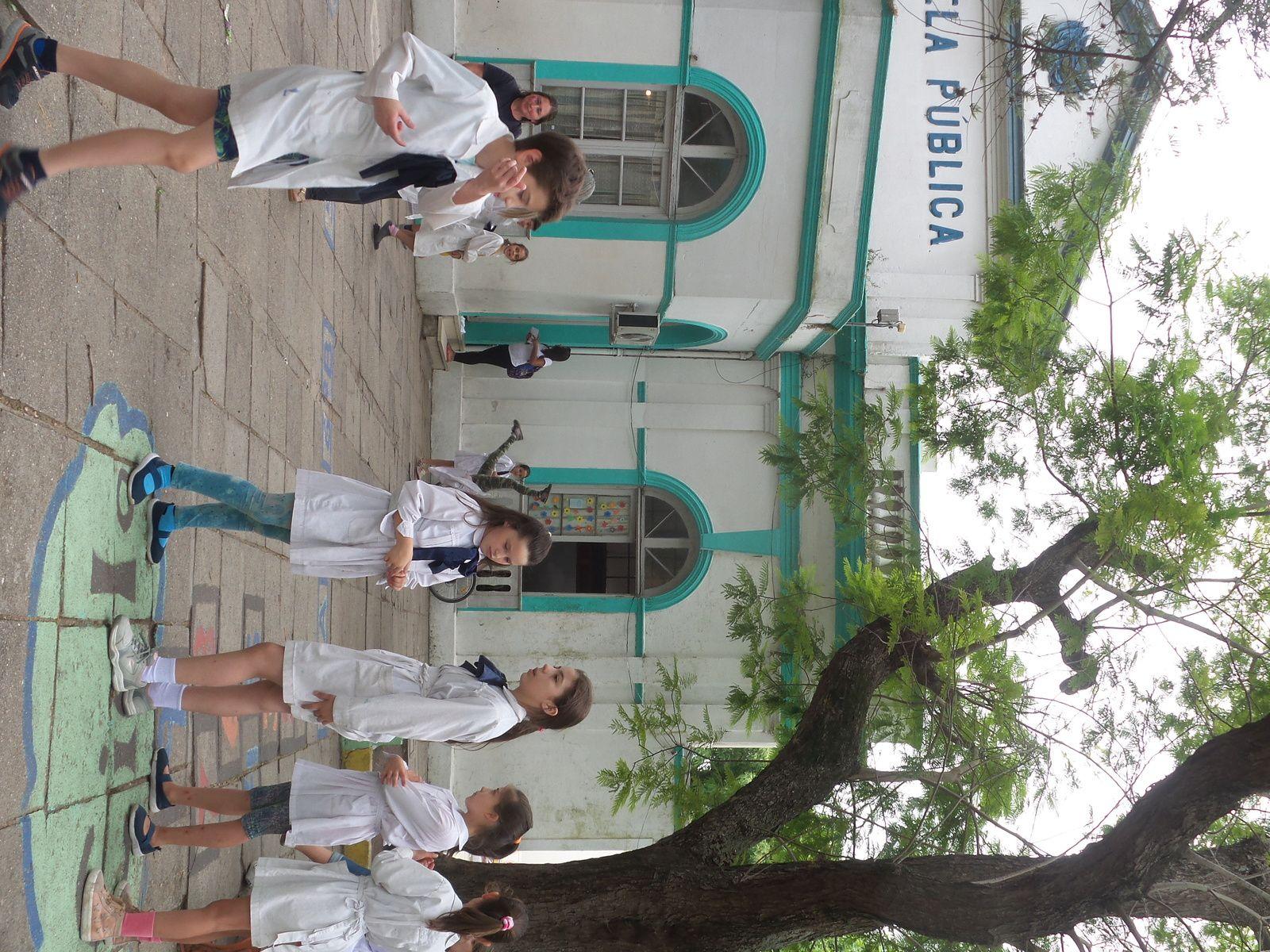 Les Écoliers en Uruguay portent tous la blouse blanche.